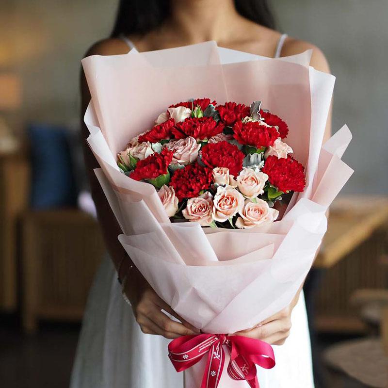 红粉康乃馨混搭花束