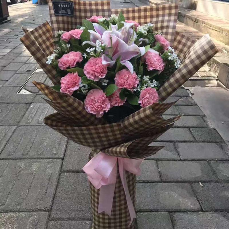 12支粉康乃馨+两支粉百合混搭花束