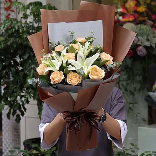 12支香槟玫瑰+两支多头百合花束