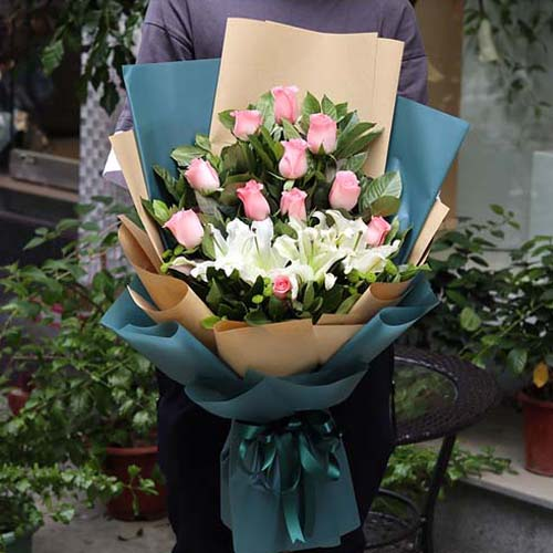 12支粉玫瑰+两支多头百合混搭花束