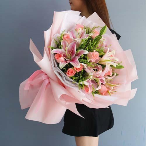12支粉玫瑰+ 粉百合混搭花束