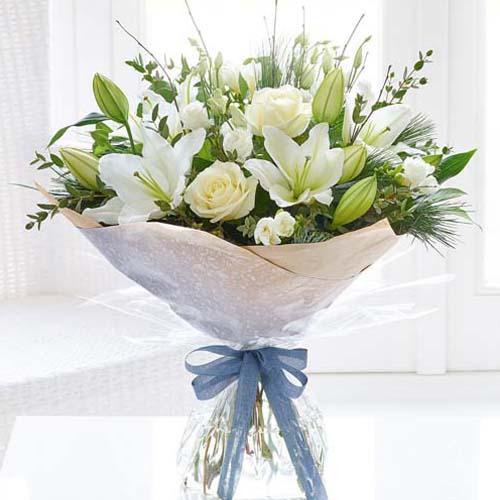 6支白玫瑰+6支白百合混搭花束
