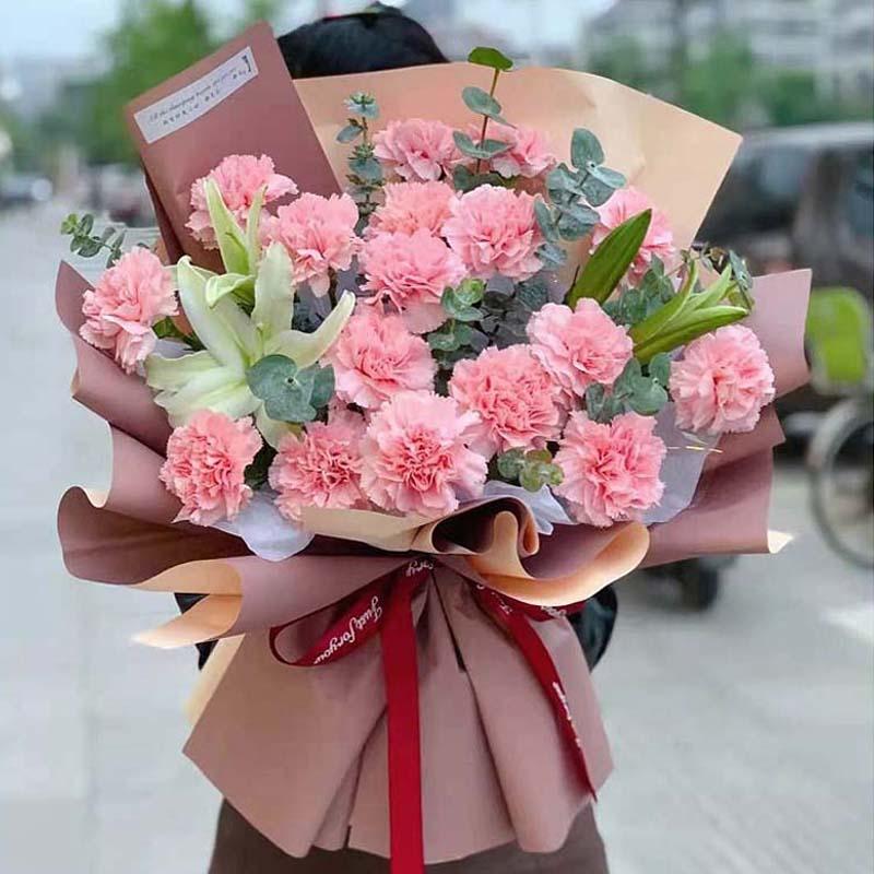 19支粉康乃馨+两支百合混搭花束